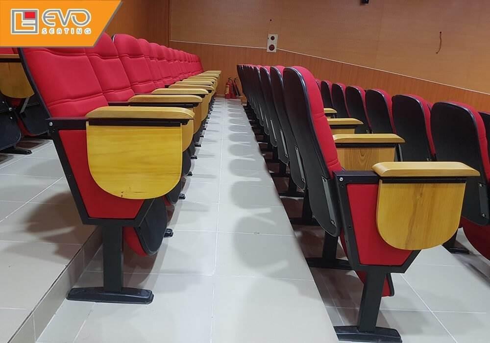 Các hàng ghế sau cao hơn hàng ghế trước đảm bảo tầm quan sát