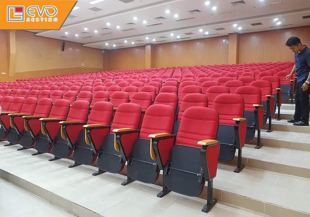 Các dãy ghế được sắp xếp theo kiểu bậc thang